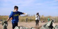 Мусор вокруг озера Талдыколь убрали волонтеры SK Volunteer вместе с детьми из дворовых клубов Замандас