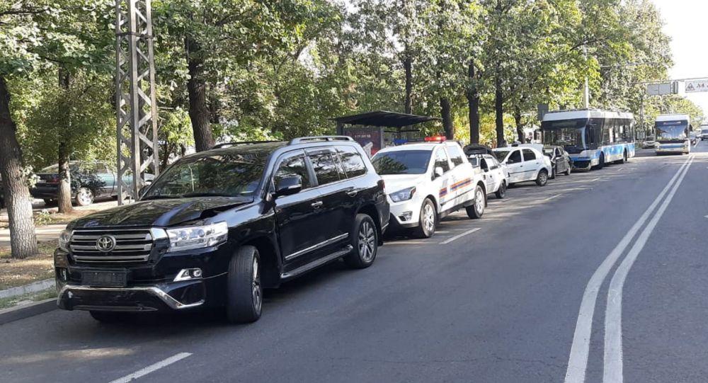 Троллейбус ударил пять автомашин на улице Ауэзова