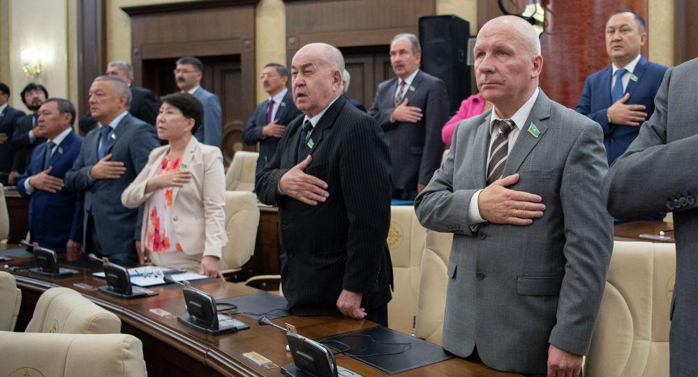 Депутаты мажилиса во время исполнения государственного гимна