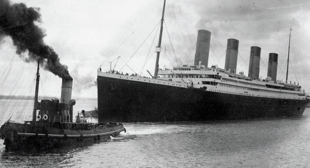 На фото изображен Титаник, покидающий Саутгемптон во время своего злополучного первого рейса 10 апреля 1912 года