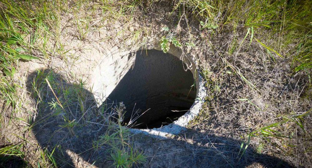 Открытый канализационный колодец, иллюстративное фото