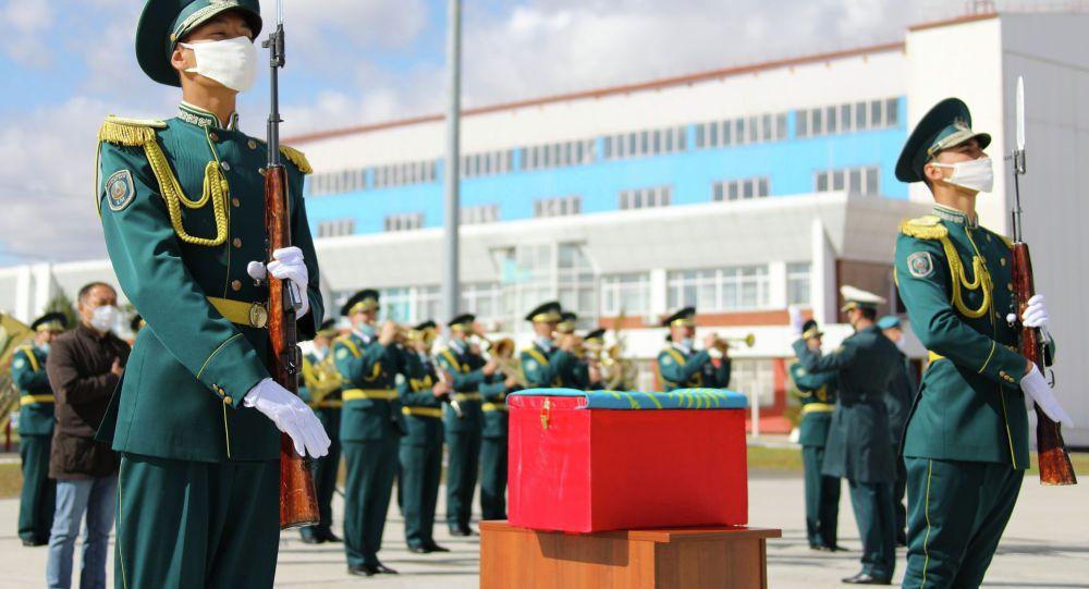 Останки казахстанских солдат Великой Отечественной войны передали из России на родину