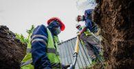 Газ құбырын жүргізіп жатқан жұмысшылар