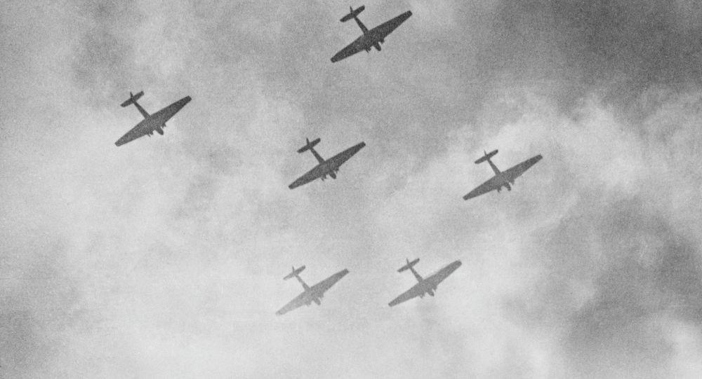 Вражеские самолеты наносят авиаудары, Великая Отечественная война, архивное фото