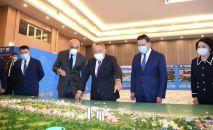 Нурсултан Назарбаев во время визита в Актау
