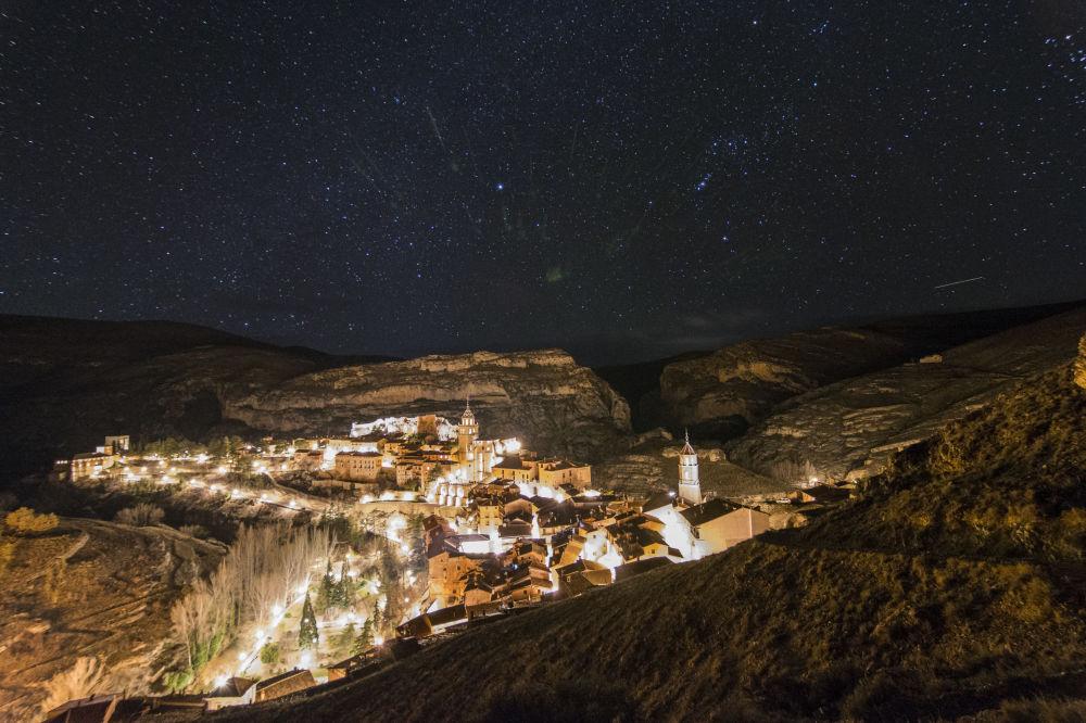 Испаниядағы Альбаррасин елді мекенінің үстіндегі жұлдызды аспан.