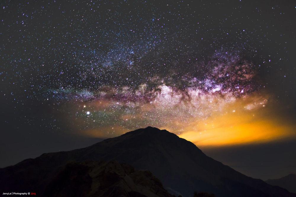 Тайвань орталығындағы Хэхуань тауының үстіндегі құс жолы.