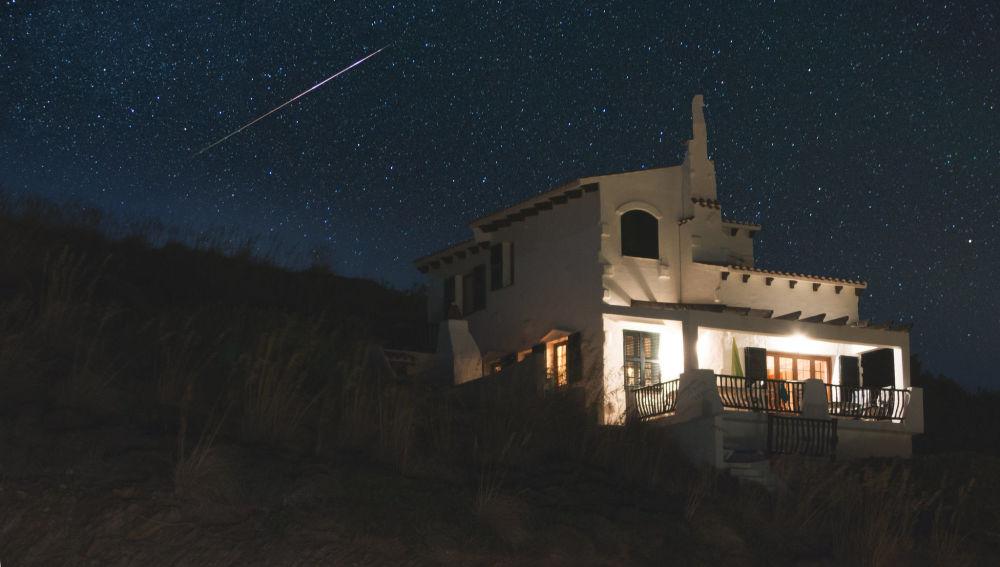 Жерорта теңізіндегі Менорка аралының үстіндегі жұлдызды аспан.