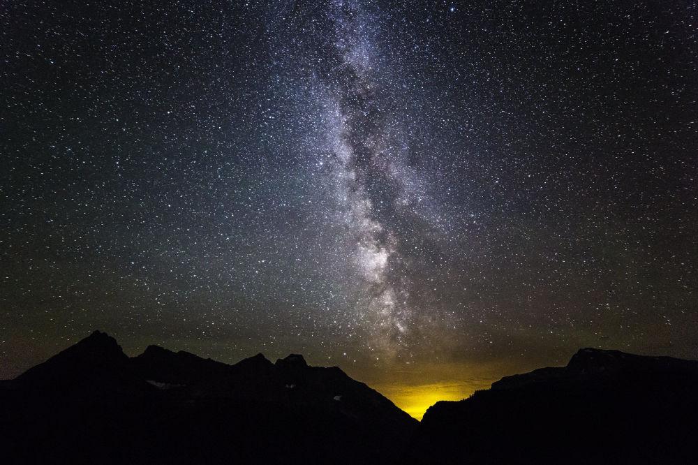 Монтанадағы Глейшер ұлттық саябағының үстіндегі құс жолы.