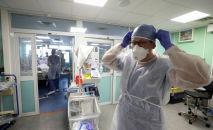 Врач поправляет маску в больнице с коронавирусом