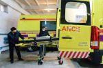 Сотрудники станции скорой помощи готовят реанимобиль к выезду