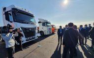 Президент Татарстана Рустам Минниханов с премьер-министром Казахстана Аскаром Маминым осматривает выставку в Костанайской области