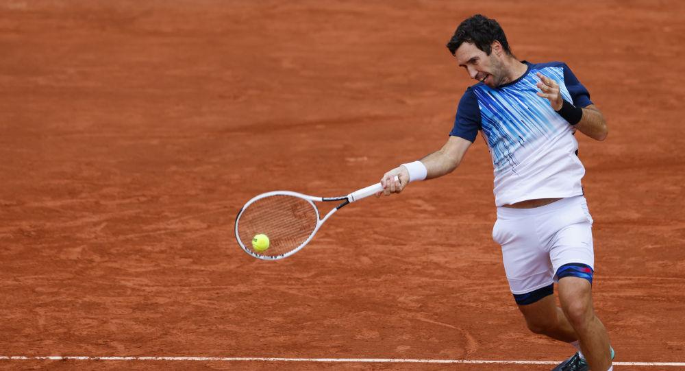 Казахстанец Михаил Кукушкин возвращает мяч итальянцу Фабио Фоньини во время мужского одиночного теннисного матча первого круга на корте Simonne Mathieu во второй день Открытого чемпионата Франции по теннису Roland Garros 2020 в Париже 28 сентября 2020 года