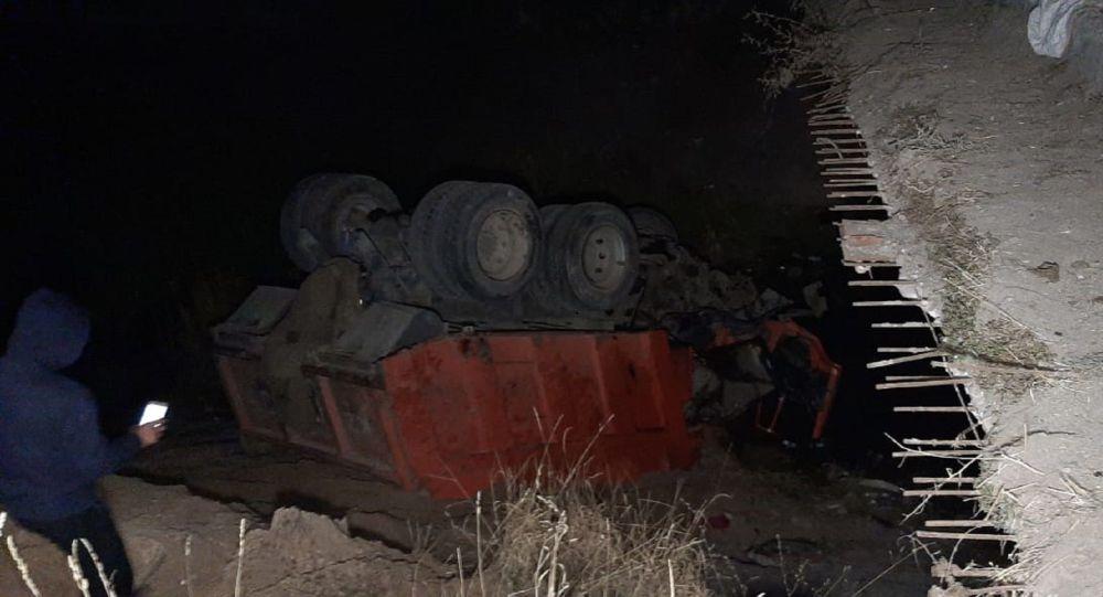 КамАЗ упал в Большой Алматинский канал
