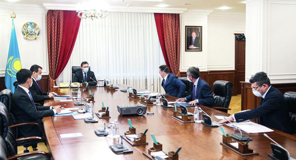 Премьер-министр Аскар Мамин и председатель правления ЕАБР Николай Подгузов