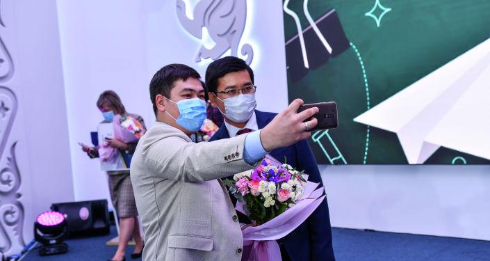 Один из победителей конкурса Лучший педагог делает селфи с министром образования Асхат Аймагамбетов