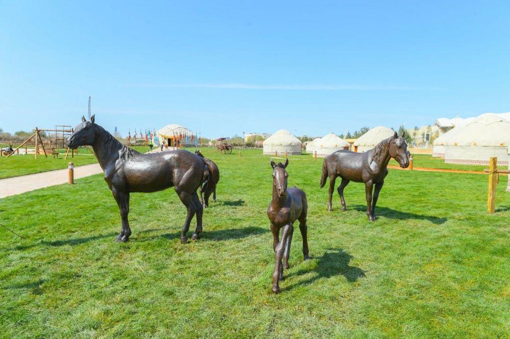 Бронзовые скульптуры на территории этноаула в Туркестане