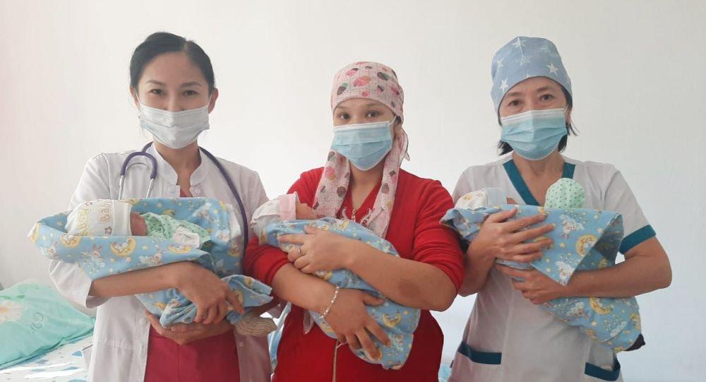 Жительница Туркестанской области Еркинай Есенбаева родила тройню