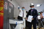 Голосование на парламентских выборах в посольстве Республики Кыргызстан в Москве