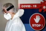 Медик в защитной маске в больнице с коронавирусом