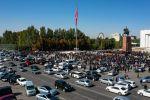 Участники акции протеста на центральной площади Ала-Тоо в Бишкеке