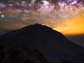 Тайвань орталығындағы Хэхуань тауының үстіндегі құс жолы