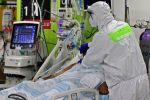 Пациентті қарап жатқан медицина қызметкері
