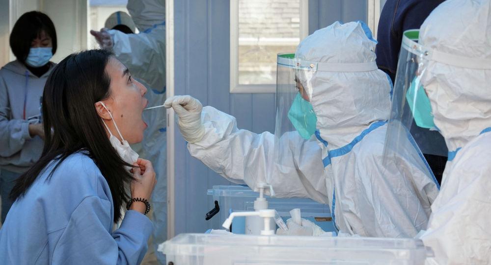 Врач берет пробу для ПЦР-теста на коронавирус