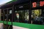 Пассажир в маске в автобусе