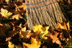 Метла, листья, иллюстративное фото