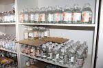 Лекарства на полках в шкафу больницы