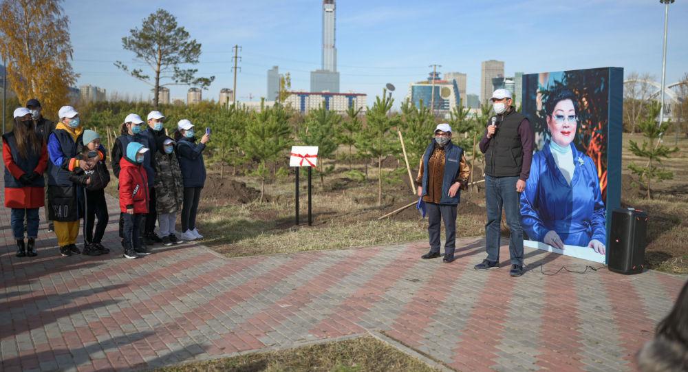 Министр Магзум Мирзагалиев на открытии аллеи имени Салтанат Рахимбековой