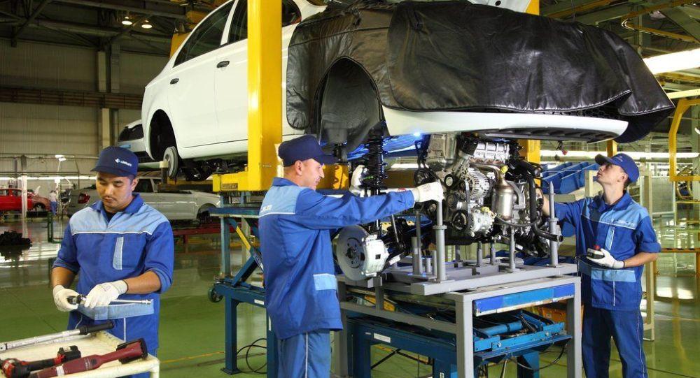 Рабочие Азия Авто за сборкой автомобиля