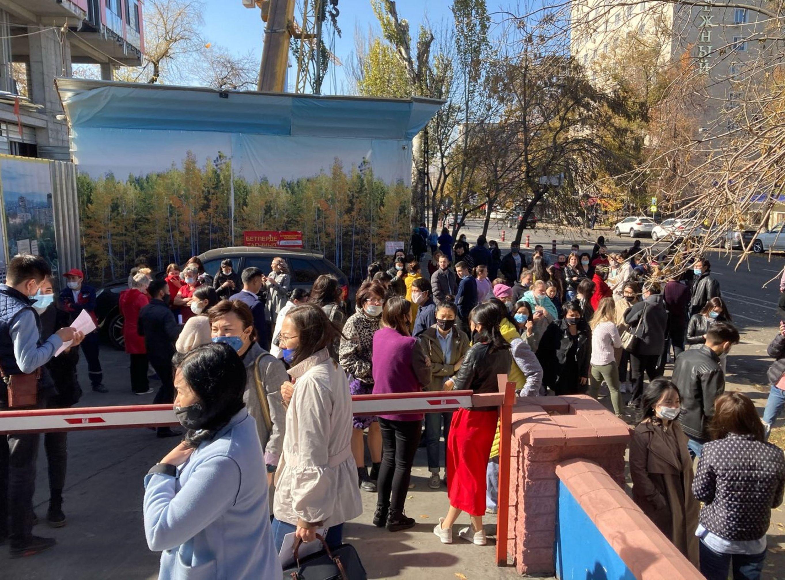 Около 300 человек эвакуировали из бизнес-центра в Алматы