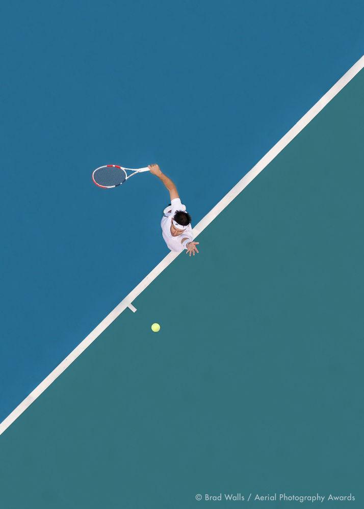Австралиялық фотограф  Brad Walls-тің теннис кортының қанық түсі мен сызығы және спортшының мінсіз қозғалысы бейнеленген Sports  аталымындағы Ball Up деп аталатын суреті Aerial Photography Awards 2020-ның қазылар алқасының көңілінен шықты.