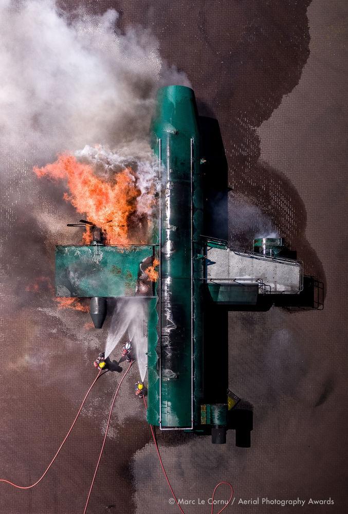 Отқа оранған ұшақ – құтқарушы қызметінің мамандары әуе апаты болған маңда жүр. Британдық фотограф  Marc Le Cornu Aerial Photography Awards 2020 байқауының Documentary номинациясын жеңіп алды.