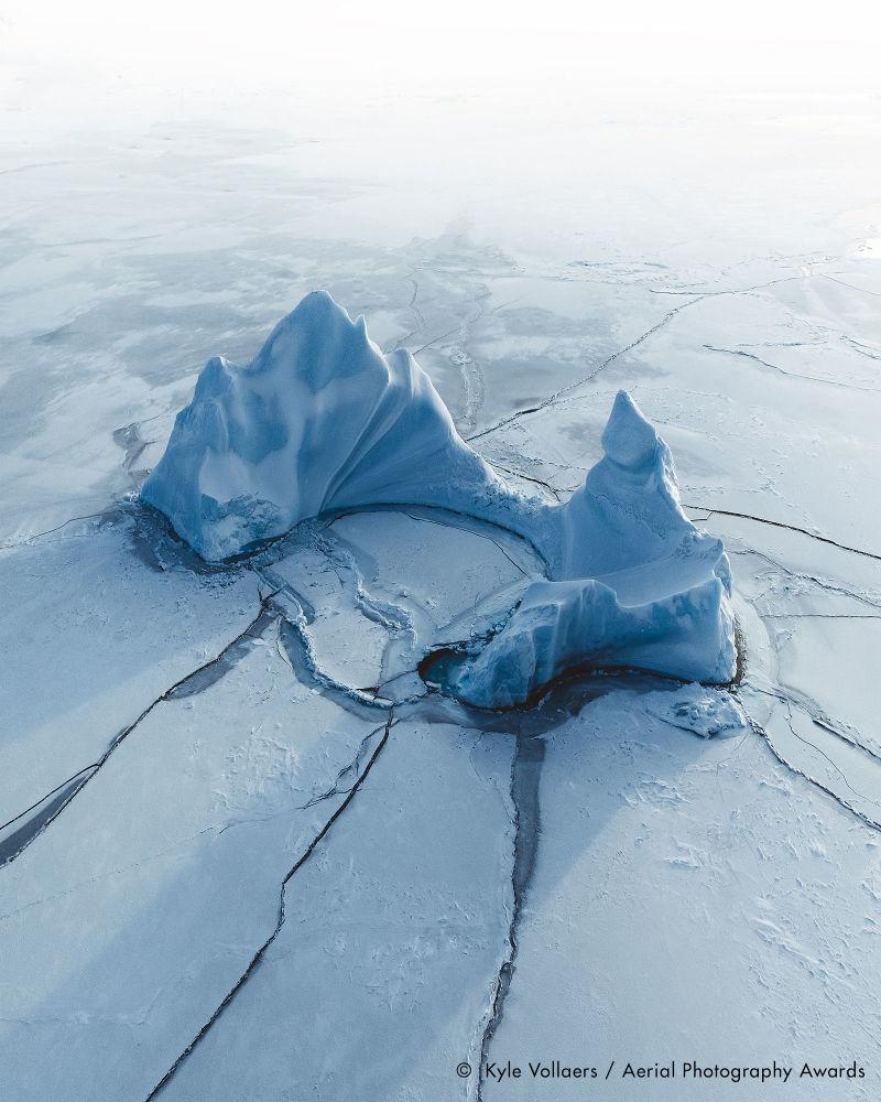 Британдық фотограф Kyle Vollaers тапқан, аңызға айналған Тақтар ойынындағы Түн Патшасының тәжіне ұқсас мұз айдыны Arctic Paradise деген атаумен Waterscapes номинациясында жеңімпаз атанды.
