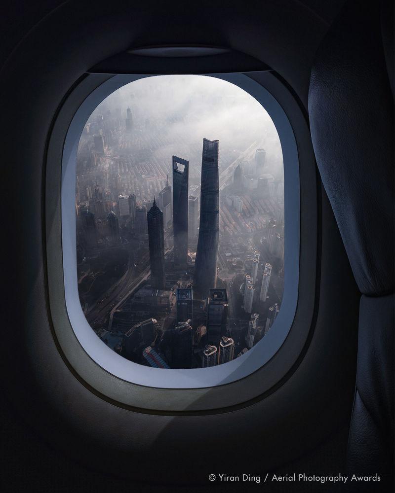 Әуе лайнерінің терезесінен түсірілген көрініс Travel аталымында үздік фото ретінде танылды. Қытайлық фотограф Yiran Dingтің бұл суреті Shanghigh деп аталады.