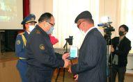 Семье погибшего военнослужащего в Актау вручили награду