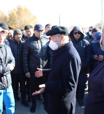 Аким Восточно-Казахстанской области Даниал Ахметов (в центре) на встрече с жителями Маканчи