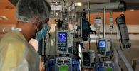 Врач в реанимации в больнице с коронавирусом