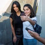 Звезда американского реалити-шоу Ким Кардашьян позирует для селфи с девушкой во время посещения Мемориала геноцида армян Цицернакаберд в Ереване 8 октября 2019 года