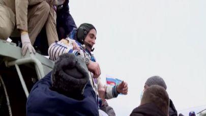 Спасатели извлекают астронавта  NASA Кристофера Кэссиди из спускаемого аппарата