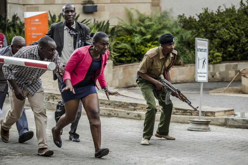 Андрей Стенин атындағы фотобайқауда басты марапатты жеңіп алған испан фотографы Луис Татоның DusitD2 қонақ үйіндегі террористік шабуыл сериясындағы суреті. Мұнда 2019 жылдың қаңтар айында Найробиде болған қайғылы оқиға бейнеленген.