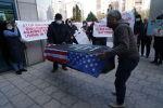 Алматылықтар Бораттың суреті салынған табытты АҚШ-тың Бас консулдығына алып келді