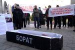 Алматинцы принесли гроб с фотографией Бората к генконсульству США