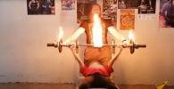 Огненный жим: спортсменка установила новый мировой рекорд - видео