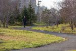 Мужчина прогуливается по дорожке в парке