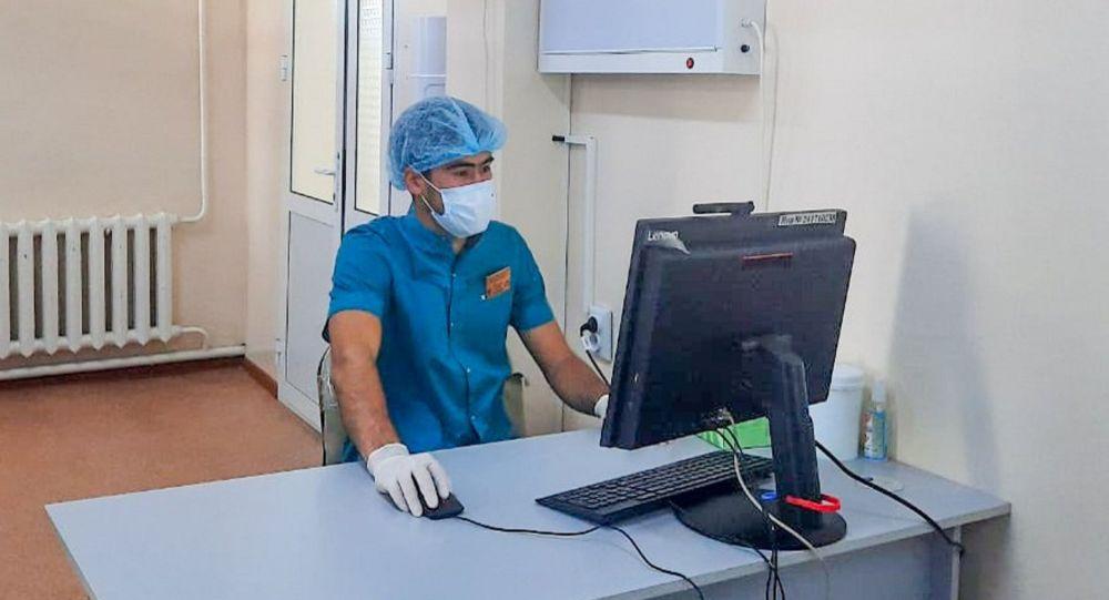 Врач работает с документами в больнице с коронавирусом
