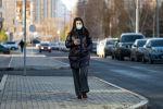 Девушка в маске на улице Нур-Султана